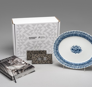 "<p>Includes the publication ""A Baixela de Sua Majestade Fidelíssima"", serving dish Albarrada (inspired by the azulejo panel ""Albarrada"" of Museu Nacional do Azulejo and two vouchers with free entry (one voucher / one person), in one of the 25 cultural facilities of the Direção-Geral do Património Cultural, valid for one year.</p>