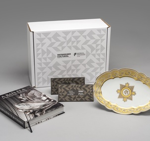 "<p>Includes the publication ""A Baixela de Sua Majestade Fidelíssima"", serving dish of Carlota Joaquina dinner set (replica of the collection of the Palácio Nacional da Ajuda) and two vouchers with free entry (one voucher / one person), in one of the 25 cultural facilities of the Direção-Geral do Património Cultural, valid for one year.</p>