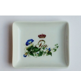 <p>Adaptation<br /> Porcelain<br /> 19th century</p>